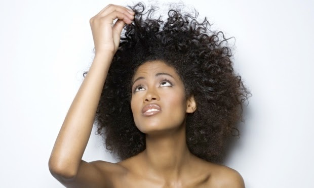 mulher-cabelo-afro-combater-frizz-36137